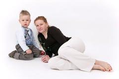 Moeder en zoon samen, die op wit wordt geïsoleerdl stock afbeeldingen