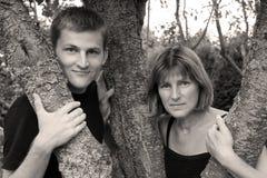 Moeder en zoon in tuin onder bomen royalty-vrije stock foto
