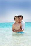 Moeder en zoon in water stock afbeeldingen