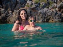 Moeder en zoon in water royalty-vrije stock foto's