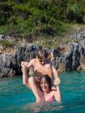Moeder en zoon in water royalty-vrije stock fotografie