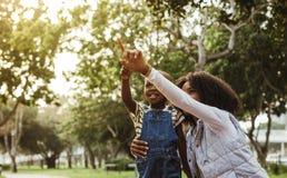 Moeder en zoons het besteden tijd samen in park royalty-vrije stock fotografie