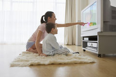Moeder en Zoons het Letten op Televisie Stock Afbeelding