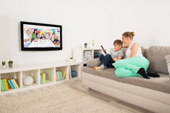 Moeder en Zoons het Letten op Televisie thuis royalty-vrije stock fotografie