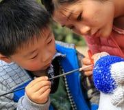 Moeder en zoons het schilderen in een park in chengdu, China Royalty-vrije Stock Foto's
