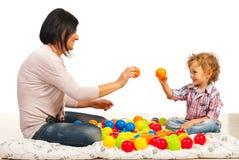 Moeder en zoons het spelen met ballen stock afbeeldingen