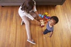 Moeder en Zoons het Spelen met Speelgoed op Vloer thuis Royalty-vrije Stock Foto