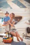 Moeder en zoons het spelen op de kade dichtbij het overzees Stock Foto