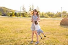 Moeder en zoons het spinnen in de zomerpark royalty-vrije stock foto's