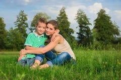 Moeder en zoons het stellen voor een openluchtportret Stock Foto