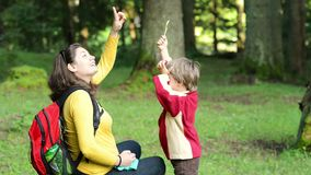 Moeder en zoons het zingen in het bos stock videobeelden