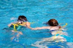 Moeder en zoons het zwemmen Stock Foto