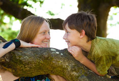 Moeder en zoonsbrainstorming Stock Afbeelding