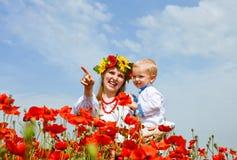 Moeder en zoonsportret op papaversgebied royalty-vrije stock afbeelding