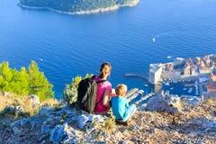 Moeder en zoonsreis in Europa stock foto