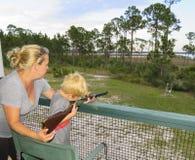 Moeder en Zoonsscherpschutterskunst Stock Foto's