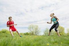 Moeder en Zoonstouwtrekwedstrijd stock fotografie