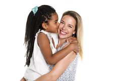 Moeder en zwarte die dochter, op wit wordt geïsoleerd stock afbeeldingen