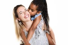 Moeder en zwarte die dochter, op wit wordt geïsoleerd royalty-vrije stock afbeelding