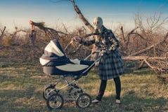 Moeder in Gasmasker met Kinderwagen Stock Foto's
