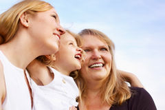 Moeder, grootmoeder en meisje die omhoog kijken Stock Foto