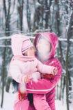 Moeder het besteden tijd met haar weinig dochter in openlucht Royalty-vrije Stock Foto