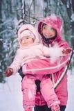 Moeder het besteden tijd met haar weinig dochter in openlucht Stock Foto's