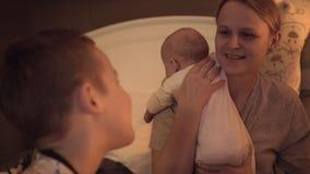 Moeder het besteden tijd met kinderen thuis stock video