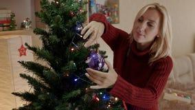 Moeder het hangen op het stuk speelgoed van het Kerstboom nieuwe jaar stock footage