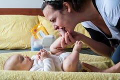 Moeder het kussen babyvoeten Stock Foto