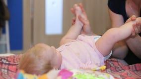 Moeder het kussen babyvoeten stock video