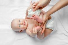 Moeder het schoonmaken en veegt lichaam en beenbaby door nat weefsel af Het schoonmaken veegt af, zuiver, schoon gelukkige emotie stock afbeeldingen
