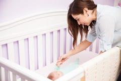 Moeder het spelen met haar baby in een voederbak royalty-vrije stock fotografie