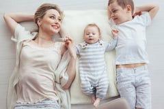 Moeder het spelen met haar 2 kinderen Royalty-vrije Stock Fotografie