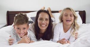 Moeder het spelen met haar kinderen in slaapkamer thuis 4k stock footage