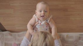 Moeder het spelen met haar pasgeboren dochter stock videobeelden