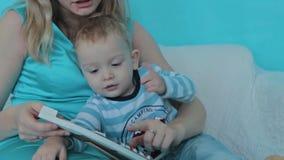 Moeder het spelen met haar zoon stock video