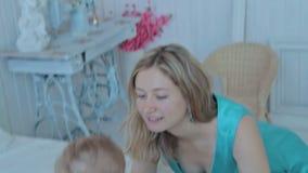 Moeder het spelen met haar zoon bij de slaapkamer stock footage