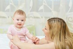 Moeder het spelen met haar zuigeling van het babykind royalty-vrije stock fotografie