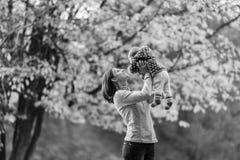 Moeder het spelen met jong babymeisje in openlucht royalty-vrije stock foto's