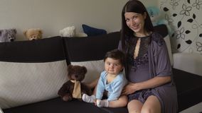 Moeder het spelen met teddybeer en haar binnenvlakte van de babyzoon - de Aziatische gemengde Jongen die van het het behoren tot  stock video