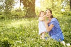Moeder het spelen met weinig dochter in park Moeder en Royalty-vrije Stock Afbeeldingen
