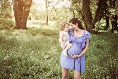 Moeder het spelen met weinig dochter in park Moeder en Stock Afbeelding