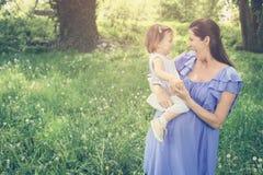 Moeder het spelen met weinig dochter in park Moeder en Royalty-vrije Stock Foto's