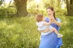 Moeder het spelen met weinig dochter in park Moeder en Royalty-vrije Stock Foto