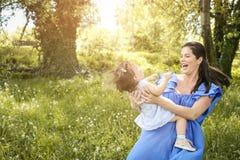 Moeder het spelen met weinig dochter in park Moeder en Royalty-vrije Stock Fotografie