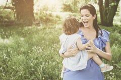 Moeder het spelen met weinig dochter in park Moeder en Royalty-vrije Stock Afbeelding