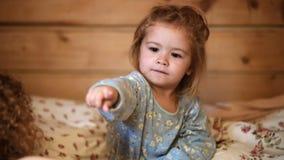Moeder het vertellen verhaal aan zoon bij bedtijd De bedtijd van het familieverhaal Vrij jonge moeder die s-nachtverhaal teling a stock footage