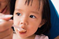 Moeder het voeden ontbijt aan meisje Royalty-vrije Stock Afbeelding