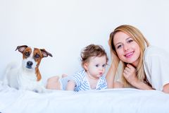 Moeder, kind en hond in bed Stock Foto